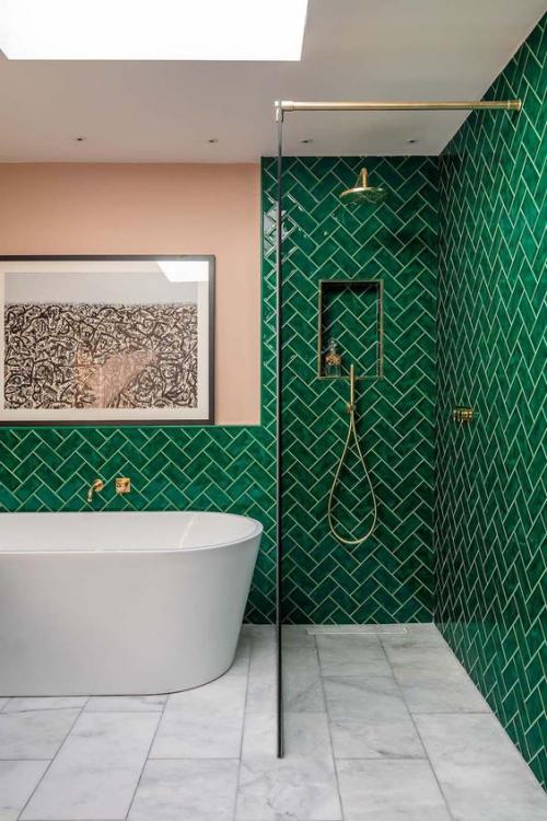 Fliesen-Akzente im Bad kreativ und gewagt schönes Baddesign Duschecke Glaswand dunkelgrüne Glanzfliesen graue Bodenfliesen Badewanne