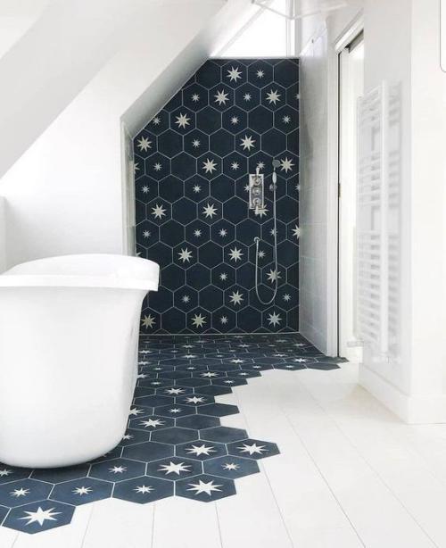 Fliesen-Akzente im Bad kreativ und gewagt tolles baddesign in Dunkelblau und Weiß hexagonale Fliesen fein gemustert