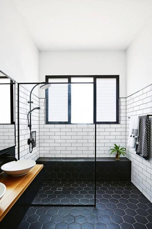 Fliesen-Akzente im Bad kreativ und gewagt weiße Metro Fliesen schwarze hexagonale Bodenfliesen