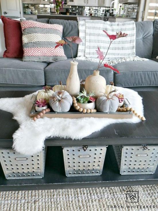 Herbstdeko im Wohnzimmer Couchtisch dekorieren mit kleinen Kürbissen