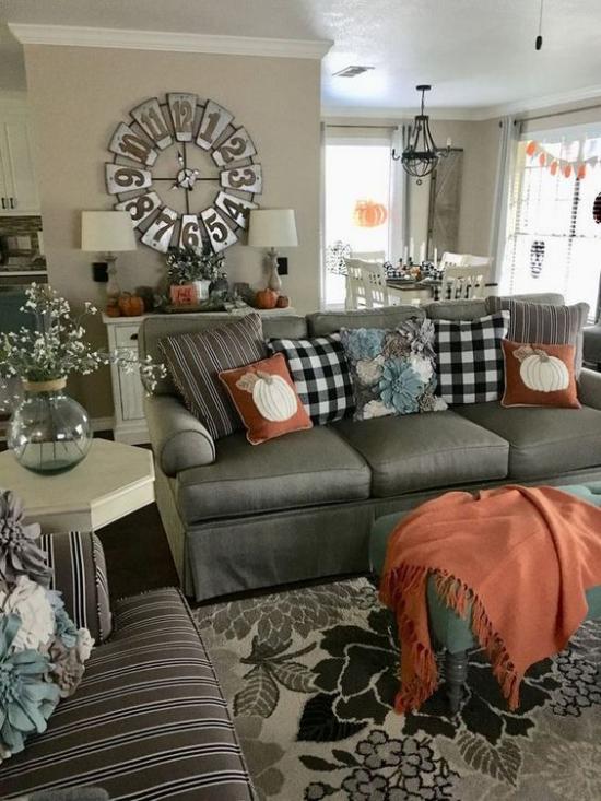 Herbstdeko im Wohnzimmer Grau mit Orange und Hellbraun kombinieren den Raum aufpeppen