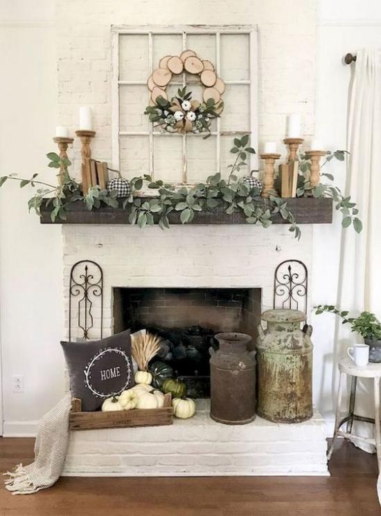 Herbstdeko im Wohnzimmer Kamin und Kaminsims schmücken Kürbisse Vintage Behälter