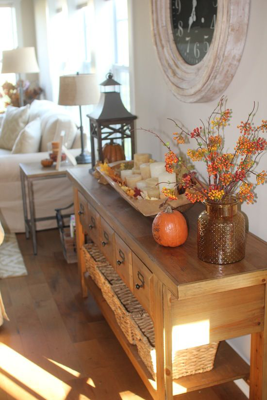 Herbstdeko im Wohnzimmer Konsolentisch schmücken Kürbisse Laterne Kerzen Beeren