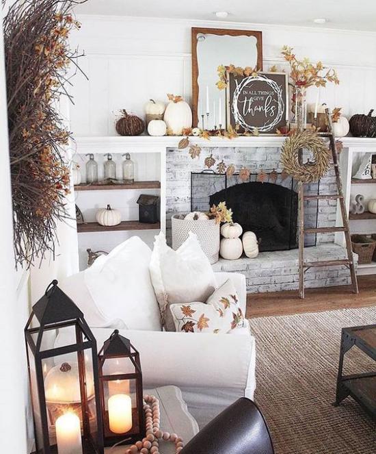 Herbstdeko im Wohnzimmer Laternen mit weißen Kerzen im Vordergrund