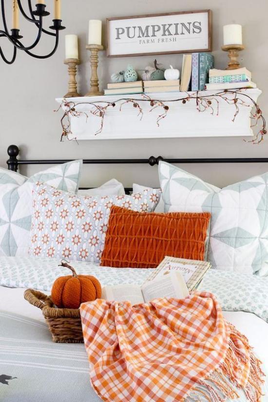 Herbstdeko im Wohnzimmer Orange als Akzent auf weißem Hintergrund sehr gemütlich ansprechend wohlige Atmosphäre
