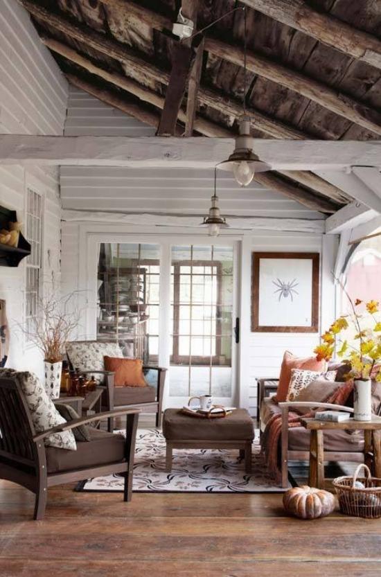 Herbstdeko im Wohnzimmer im Landhausstil herbstlich dekoriert