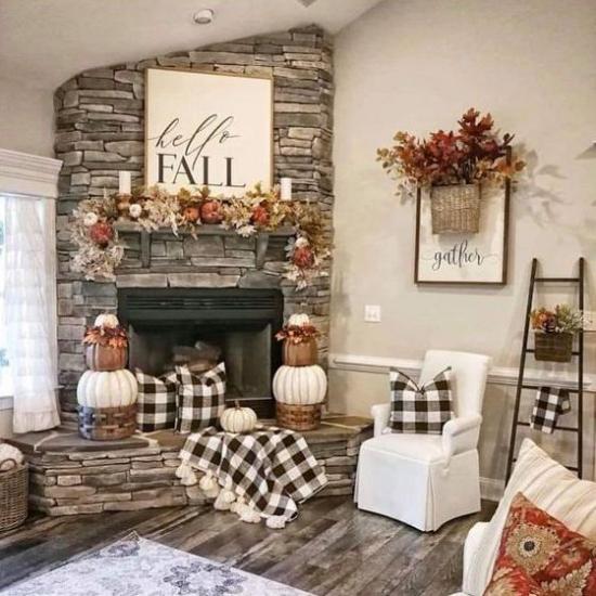 Herbstdeko im Wohnzimmer karierte Decken Blätter Blumen Kürbisse