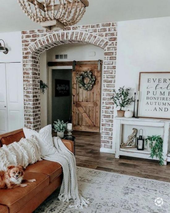 Herbstdeko im Wohnzimmer schöner Raum Backsteinwand um die Tür stilvoll dekoriert