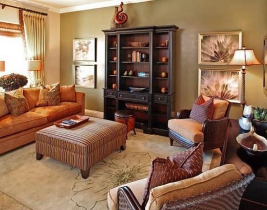 Herbstdeko im Wohnzimmer warme herbstfarben dominieren weiche Textilien Samt wenig Raumschmuck