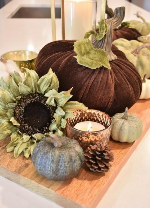 Herbstdeko in der Küche Kürbisse Teelichter Sonnenblume Tannenzapfen auf Holzbrett arrangiert