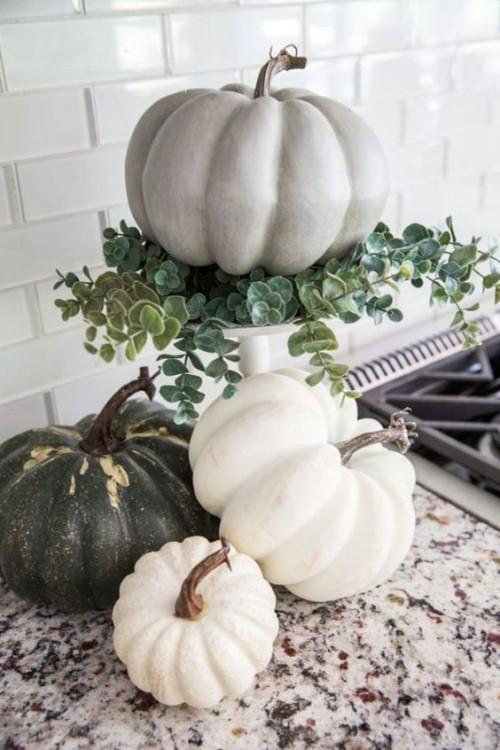 Herbstdeko in der Küche Kürbisse schön arrangiert neben dem Herd eyecatching