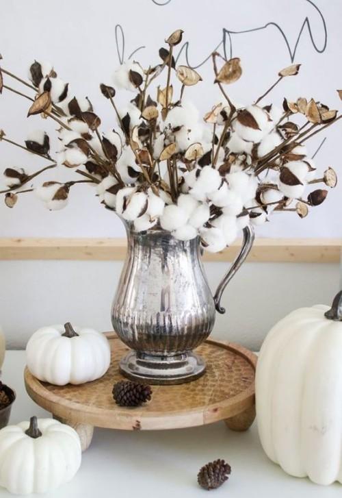 Herbstdeko in der Küche Retro-Tablett silberne Vase Kürbisse Zapfen schönes Arrangement