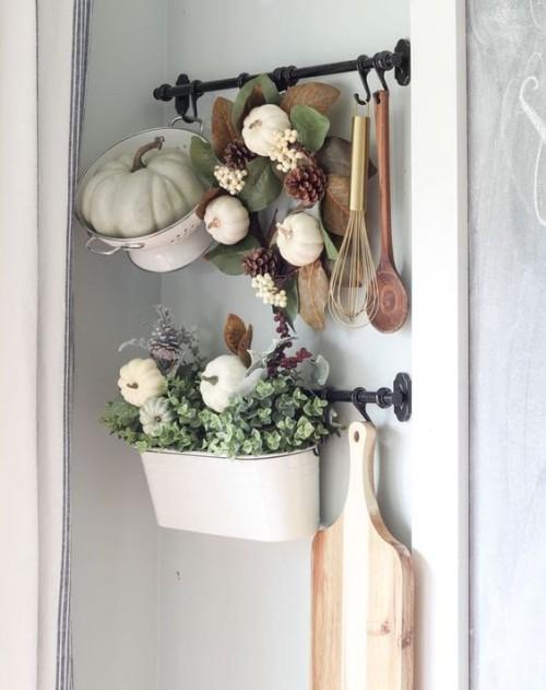 Herbstdeko in der Küche hängendes Arrangement Topf mit Kürbis gefüllt Blumenkasten geschmückt viel Grün