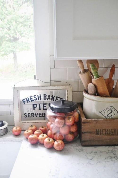 Herbstdeko in der Küche rote Äpfel in Glasbehälter rustikales Arrangement