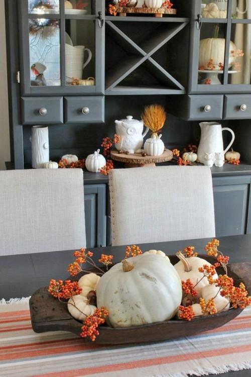 Herbstdeko in der Küche rustikale Holzschale Kürbisse rote Beeren