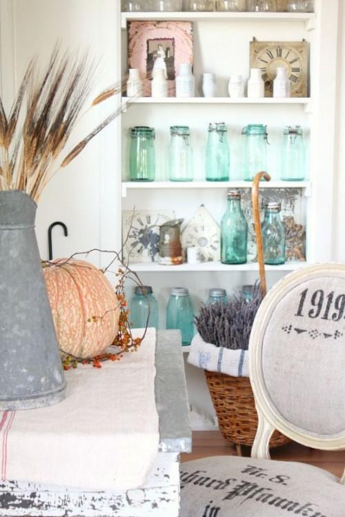 Herbstdeko in der Küche rustikales Arrangement Kürbis alte Gießkanne trockene Gräser Gläser auf Regalen