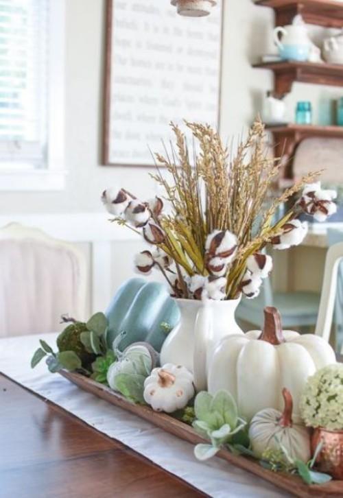 Herbstdeko in der Küche schönes Arrangement auf einem Holzbrett Vase Kürbisse etwas Grün