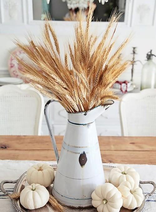 Herbstdeko in der Küche typisch rustikales Arrangement Kürbisse Weizenstängel alte Teekanne