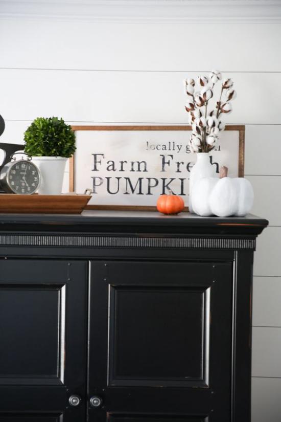 Holzschilder heißen den Herbst willkommen Herbstdeko auf der Kommode Kürbisse Blumen Vase Schrift im Rahmen auf weißem Hintergrund