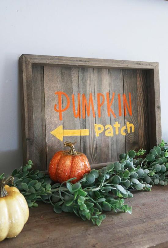 Holzschilder heißen den Herbst willkommen Kürbisstelle anweisen nette Herbstdeko im Retro-Stil