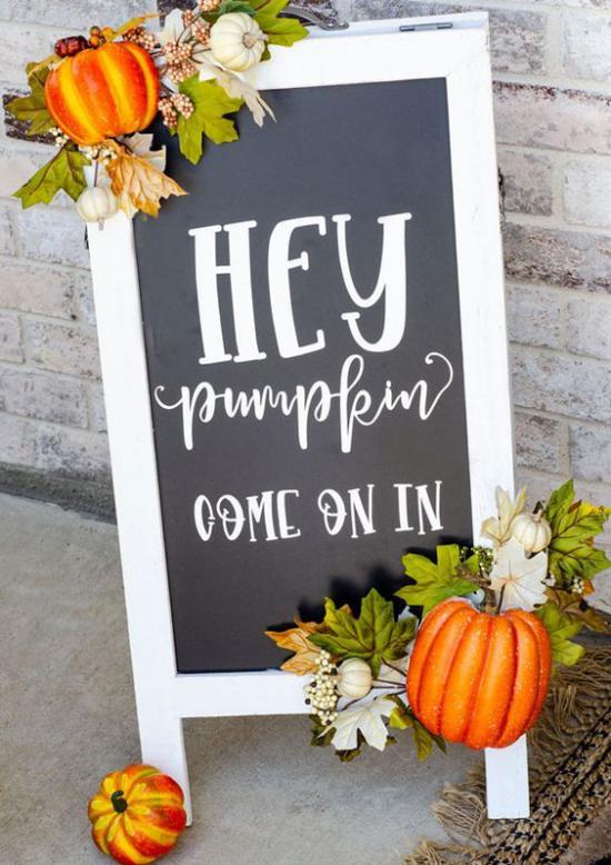 Holzschilder heißen den Herbst willkommen Kürbiszeit Einladung zum Kürbiskuchen essen Werbung schön geschmückt