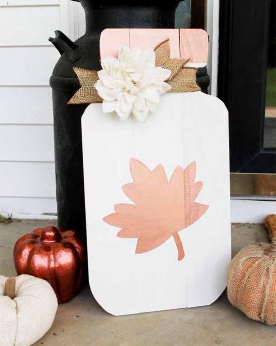 Holzschilder heißen den Herbst willkommen eins in Form einer Parfumflasche stilisiertes Blatt in Rosa Kürbisse daneben