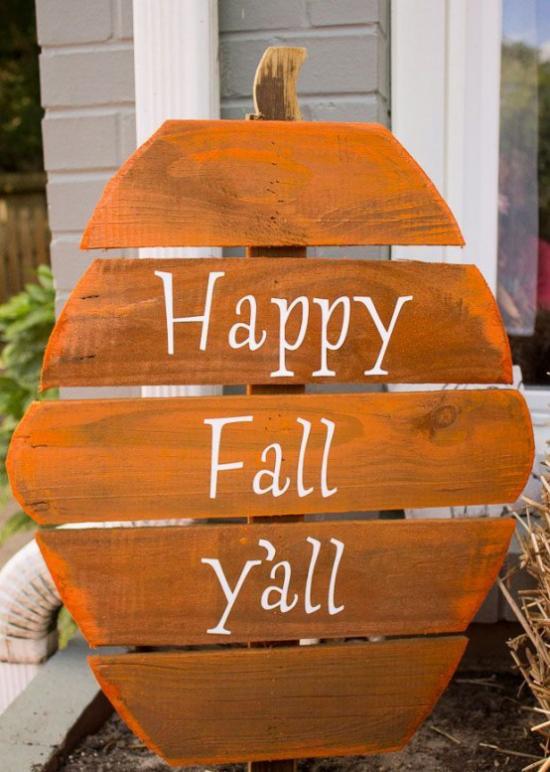Holzschilder heißen den Herbst willkommen eins in Form eines Apfels auf Holz