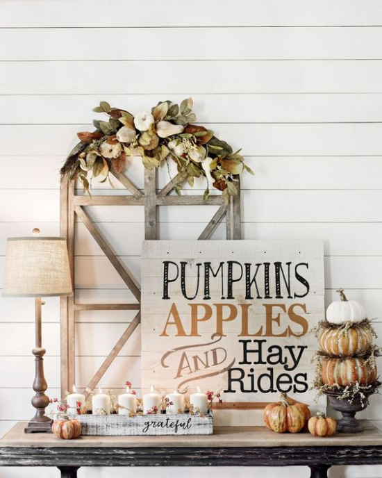 Holzschilder heißen den Herbst willkommen nette Herbstdeko im rustikalen Stil auf dem Konsolentisch zu Hause