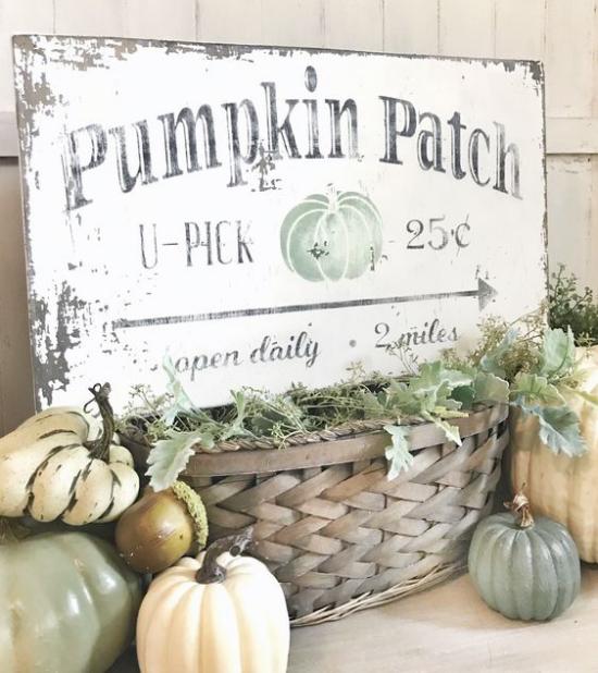 Holzschilder heißen den Herbst willkommen preisgünstige Kürbisse gibt es auf dem Markt