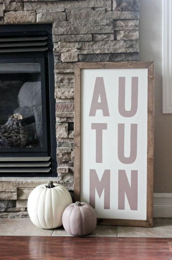 Holzschilder heißen den Herbst willkommen schöne Herbstdeko vor dem Kamin zwei weiße Kürbisse
