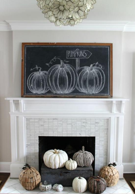Holzschilder heißen den Herbst willkommen schwarze Tafel im Holzrahmen auf dem Kaminsims