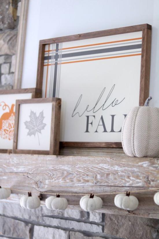 Holzschilder heißen den Herbst willkommen stilvoll gestaltet beschriftet Kürbis davor Bild im Holzrahmen stilisiertes Herbstblatt