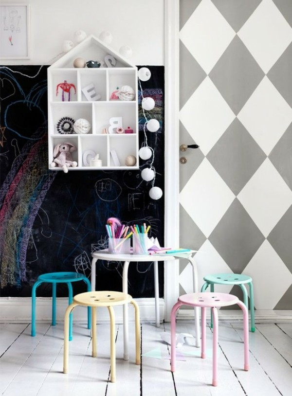 Kinderzimmer Tisch Hocker Pastellfarben Tafelfarbe kreative Wandgestaltung Tafelfolie