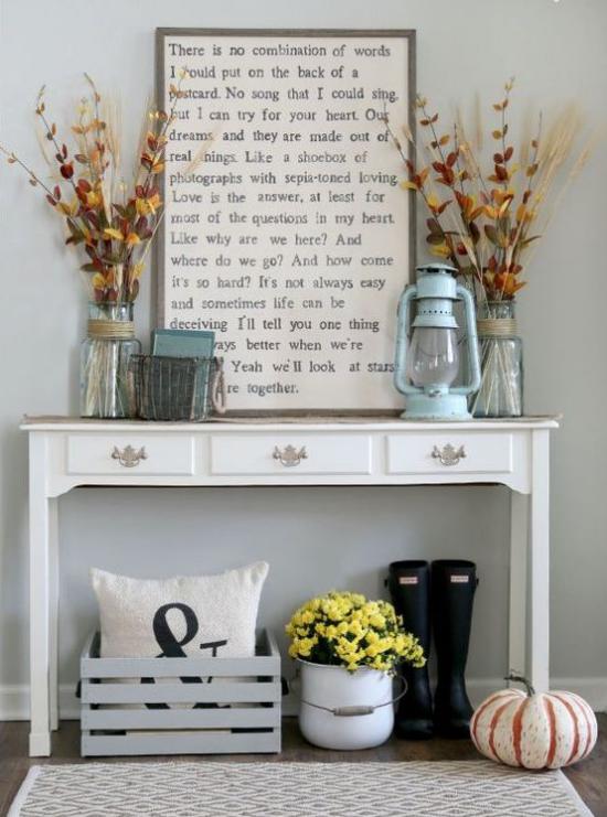 Konsolentisch herbstlich dekorieren Vasen mit Zweigen bunte Blätter Kürbisse Holzkiste Laterne