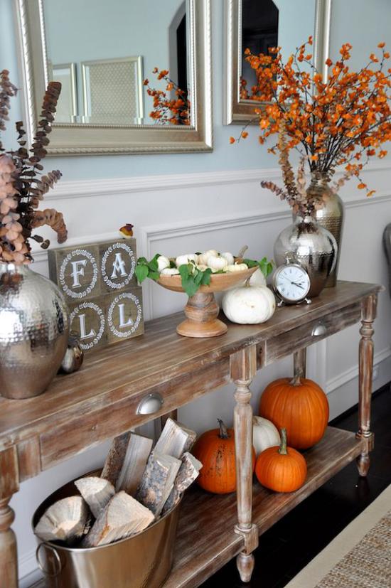 Konsolentisch herbstlich dekorieren Vintage Style Kürbisse Schale Vasen mit Herbstblättern Eimer mit Brennholz