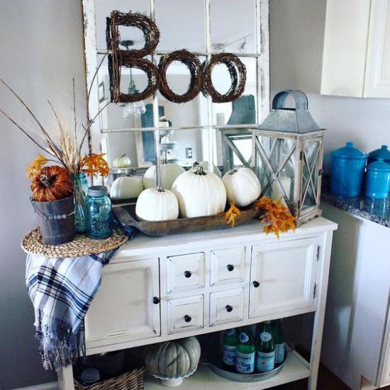 Konsolentisch herbstlich dekorieren in Blau und Weiß Laterne Kürbisse Boo gruselig
