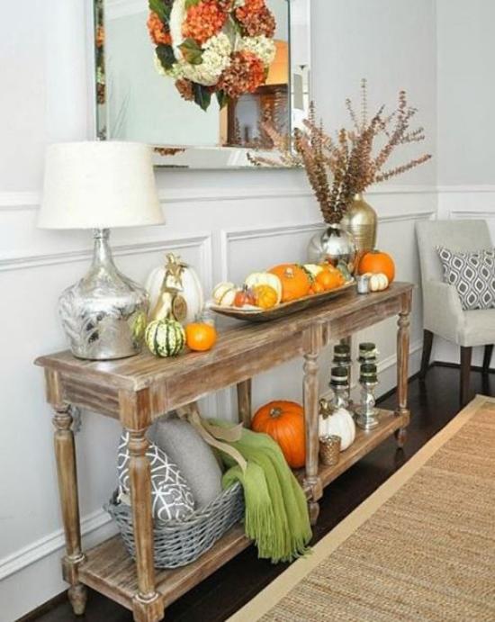 Konsolentisch herbstlich dekorieren kleine gelbe Kürbisse Lampe zwei Vasen in Silber Wandspiegel schönes Arrangement