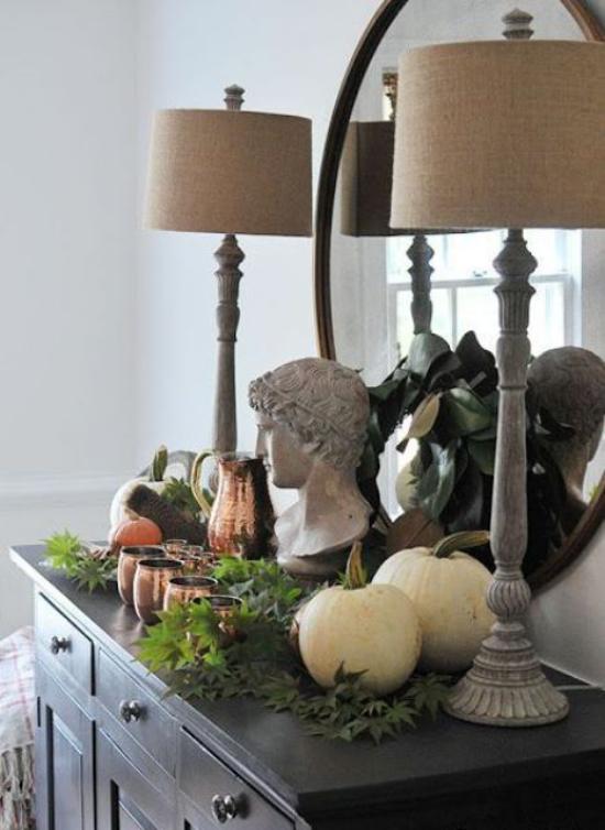 Konsolentisch herbstlich dekorieren stilvolles Arrangement zwei Lampen