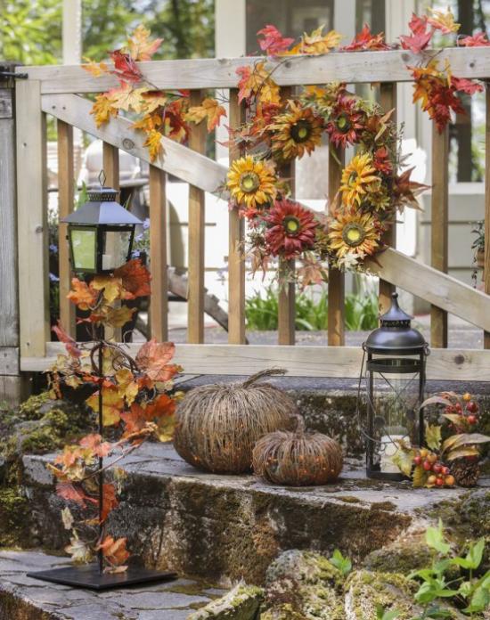 Laternen tolle Herbstdeko mit Laternen draußen Kranz am Zaun Kürbisse gutes Arrangement