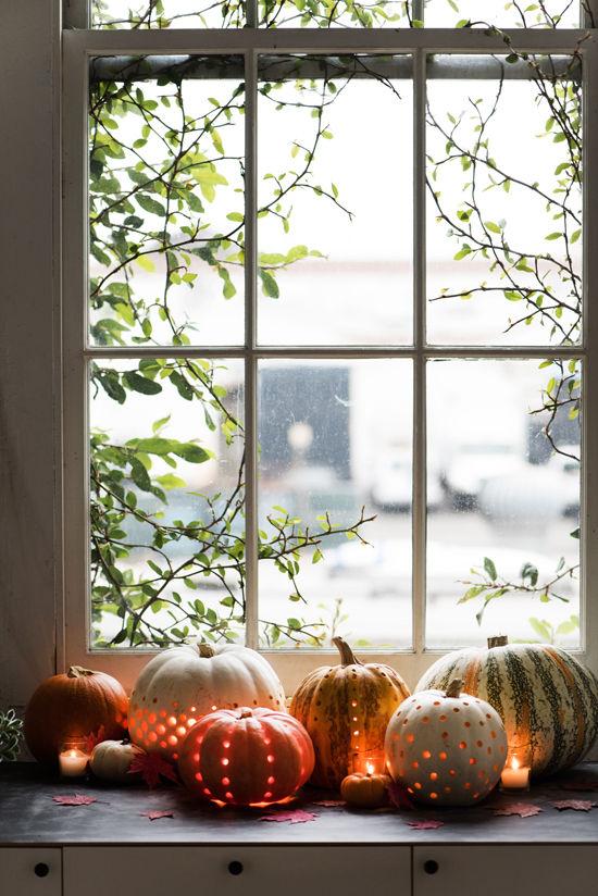 Laternen tolle Herbstdeko mit Laternen geschmitzte Kürbisse mit Teelichtern Halloween Deko auf der Fensterbank