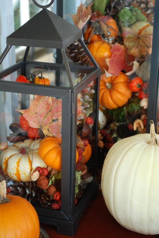 Laternen tolle Herbstdeko mit Laternen große Laterne mit kleinen Kürbissen befüllen mit bunten Blättern dekorieren Eicheln Kastanien