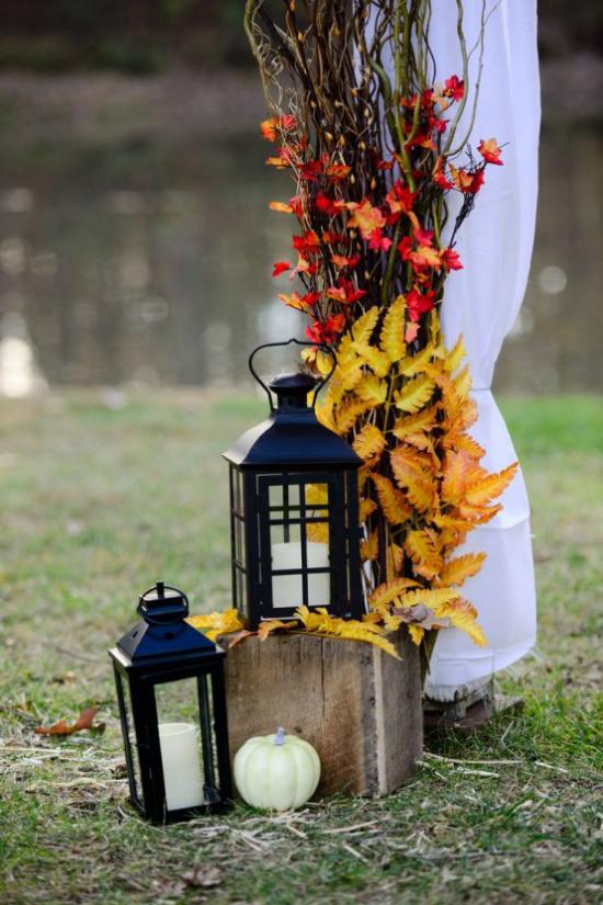 Laternen tolle Herbstdeko mit Laternen im Garten weiße Kerzen