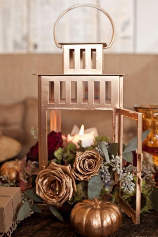 Laternen tolle Herbstdeko mit Laternen schöner Schmuck im Goldglanz besprüht Kürbisse Rosen weiße Kerze