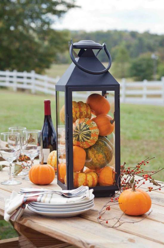 Laternen tolle Herbstdeko mit Laternen stilvolle Tischdeko im Freien gemütliche Stunden bei einem Glas Wein