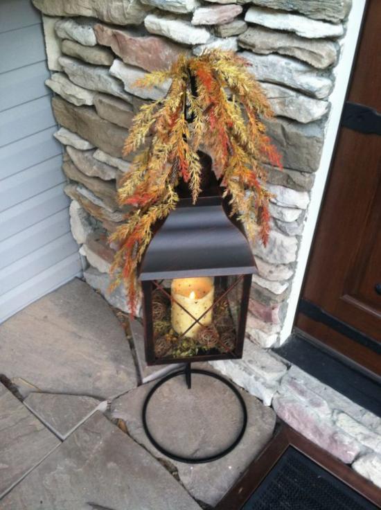 Laternen tolle Herbstdeko mit Laternen vor dem Hauseingang bunte Herbstblätter weiße Kerze Moos Tannenzapfen