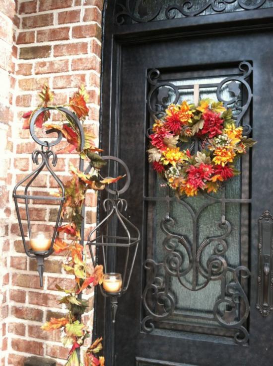 Laternen tolle Herbstdeko mit Laternen vor der Haustür Teelichter Herbstkranz aus bunten Blättern an der Tür