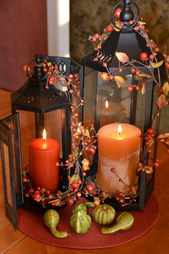 Laternen tolle Herbstdeko mit Laternen zwei Laternen mit Kerzen rote Beeren als Schmuck kleine Kürbisse vorne