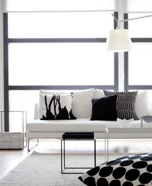 Minimalismus im Wohnzimmer Farbschema in Weiß und Hellgrau Deko Kissen in schwarz-weiß simpel gemustert