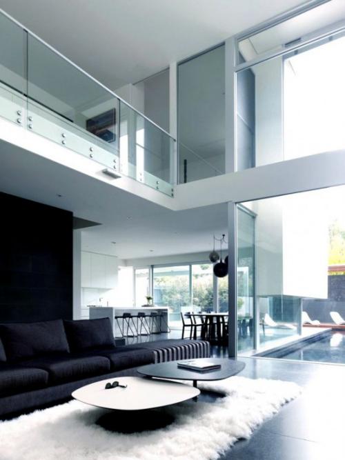 Minimalismus im Wohnzimmer in zwei Stockwerken offene Räume schlichtes Design klare Linienführung