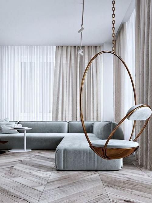 Minimalismus im Wohnzimmer perfektes Design reduzierte Möblierung Hängesessel im Vordergrund